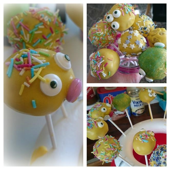 Her er noen Cake Pops jeg laget, dyppet i Gul sjokoladesmelt. Fås kjøpt på hobbybutikker og Traktøren. Samme med pynten. Det er barna i huset som har pyntet disse :)